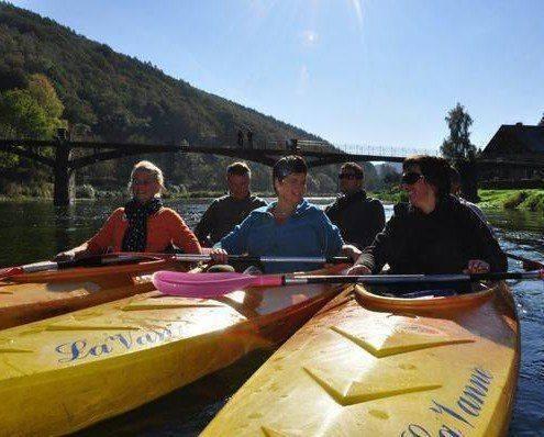 Kayaks sur la Semois en groupe Passerelle Mouzaive